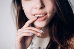 Feche acima da mulher 'sexy' com bordos naturais e tratamento de mãos bonito Sorriso, emoção imagens de stock