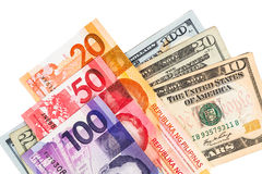 Feche acima da nota da moeda de Filipinas Piso contra o dólar americano Fotos de Stock