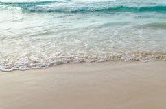 Feche acima da onda do oceano, areia branca na praia do verão Imagem de Stock Royalty Free