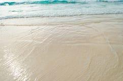 Feche acima da onda do oceano, areia branca na praia do verão Foto de Stock