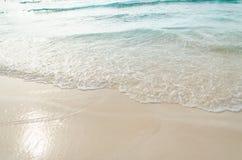 Feche acima da onda do oceano, areia branca na praia do verão Imagens de Stock
