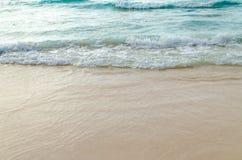 Feche acima da onda do oceano, areia branca na praia do verão Fotografia de Stock