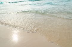 Feche acima da onda do oceano, areia branca na praia do verão Fotos de Stock