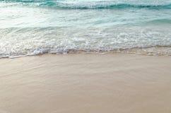 Feche acima da onda do oceano, areia branca na praia do verão Fotografia de Stock Royalty Free