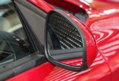 Feche acima da opinião de verso do espelho retrovisor vermelho Fotografia de Stock Royalty Free