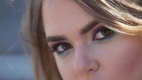 Feche acima da opinião do detalhe de um olho caucasiano novo da mulher que olha a câmera e que pisca lentamente Olhos e poço da v filme