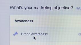 Feche acima da opinião macro um usuário que seleciona um objetivo do mercado ao usar o *Not dos anúncios de Facebook uma captação vídeos de arquivo