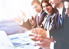 Feche acima da opinião os ouvintes do seminário do negócio que aplaudem as mãos Instrução profissional, reunião do trabalho, apre Imagens de Stock