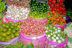 Feche acima da opinião os vendedores pequenos que vendem bens nos mercados em Sri Lanka Imagens de Stock Royalty Free