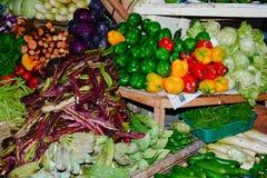 Feche acima da opinião os vendedores pequenos que vendem bens nos mercados em Sri Lanka Foto de Stock