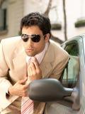 Homem de negócios que prepara no espelho de carro. Fotos de Stock Royalty Free