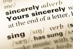 Feche acima da página inglesa velha do dicionário com palavra sinceramente Imagem de Stock