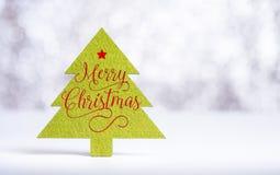Feche acima da palavra do Feliz Natal na árvore de Natal verde com faísca Fotografia de Stock Royalty Free