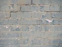 Feche acima da parede de tijolo com verde cinzento pintura lascada fotografia de stock