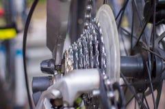 Feche acima da peça da bicicleta com engrenagem e roda da gaveta fotos de stock