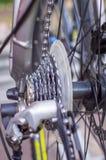 Feche acima da peça da bicicleta com engrenagem e roda da gaveta foto de stock