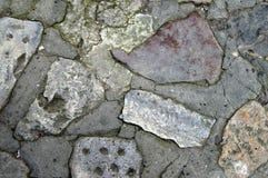 Feche acima da pedra calcária cinzenta resistida e picado para fundos Fotos de Stock