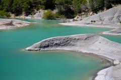 Feche acima da pedra calcária no lago de turquesa Fotografia de Stock Royalty Free