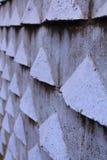 Feche acima da perspectiva da profundidade da parede exterior azul violeta velha com detalhes das formas do triângulo 3d Imagens de Stock Royalty Free