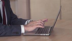 Feche acima da pessoa com a gravata que trabalha no PC vídeos de arquivo