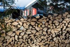 Feche acima da pilha de madeira recentemente desbastada com uma cabine no backgr Imagens de Stock Royalty Free