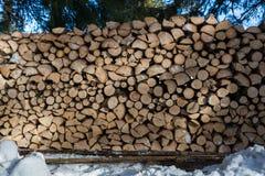 Feche acima da pilha de madeira recentemente desbastada na neve Foto de Stock Royalty Free