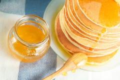 Feche acima da pilha de panqueca com mel e manteiga Foto de Stock Royalty Free