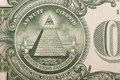 Feche acima da pirâmide e do olho na parte de trás de uma uma nota de dólar Imagens de Stock Royalty Free