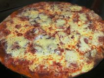Feche acima da pizza com tomates, manjericão e mozzarella e bacon imagens de stock