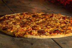Feche acima da pizza em um forno de pedra closeup imagem de stock