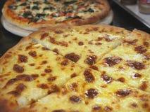 Feche acima da pizza Margarita com tomates e mozzarella fotografia de stock
