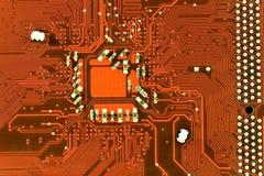 Feche acima da placa de circuito vermelha do computador Fotos de Stock