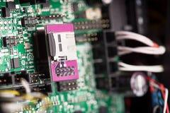 Feche acima da placa de sistema verde com microchip imagem de stock