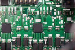 Feche acima da placa de sistema verde com microchip fotografia de stock royalty free