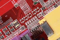 Feche acima da placa vermelha do circuito eletrônico com processador Fotos de Stock