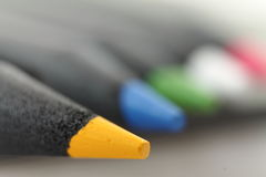 Feche acima da ponta do lápis policromo amarelo da cor Fotografia de Stock Royalty Free
