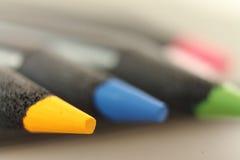 Feche acima da ponta do lápis policromo amarelo da cor Foto de Stock Royalty Free