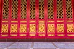 Feche acima da porta chinesa, porta dourada do drag?o imagem de stock