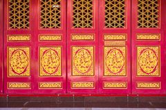 Feche acima da porta chinesa, porta dourada do drag?o fotos de stock royalty free