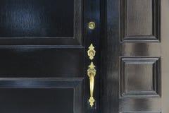 Feche acima da porta da rua com puxador da porta e dois fechamentos fotografia de stock royalty free