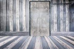 Feche acima da porta de madeira fechado na sala vazia Fotos de Stock