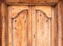 Feche acima da porta de madeira velha da teca como a textura transversal imagens de stock