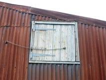 Feche acima da porta especial da trava no metal oxidou telhado foto de stock