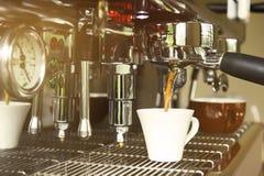 Feche acima da preparação da máquina do café Fotos de Stock Royalty Free