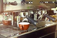 Feche acima da preparação da máquina do café Imagem de Stock Royalty Free