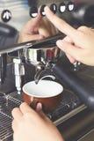 Feche acima da preparação da máquina do café Imagens de Stock