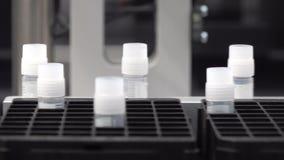 Feche acima da produção de medicinas em umas garrafas plásticas das garrafas em linhas automáticas em uma fábrica farmacêutica vídeos de arquivo