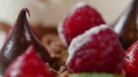 Feche acima da propagação da morango e do chocolate Gota de chocolate e close up das morangos video estoque