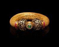 Feche acima da pulseira dourada com muitos diamantes Imagem de Stock Royalty Free