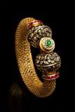 Feche acima da pulseira dourada com muitos diamantes Imagens de Stock